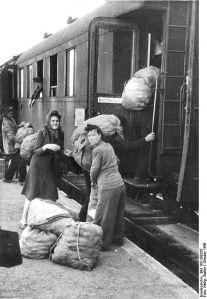 414px-Bundesarchiv_Bild_183-S80285,_Bahnhof_Gorgast,_'Hamsterfahrt'
