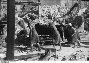 Trümmerfrauen bei der Arbeit