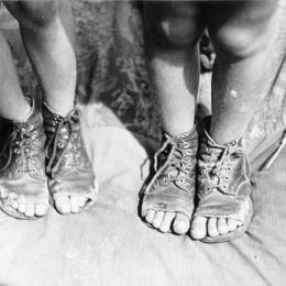 No new shoes, Berlin, 1946. Bundesarchiv, Bild 183-M1129-321 / Donath, Otto / CC-BY-SA 3.0
